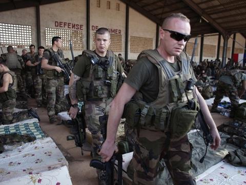 Franske soldater forlader en hangar i Bamako i Mali, hvor franske styrker har dræbt lederen af islamisk Maghreb (AQIM) tæt ved grænsen til Algeriet.  (Arkivfoto)