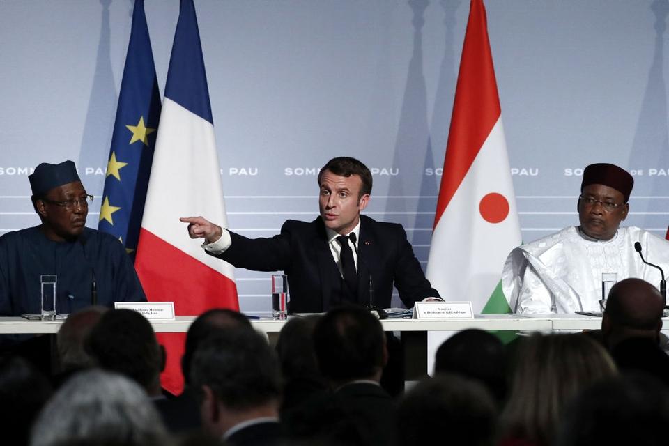 Frankrig vil sende yderligere 220 soldater til Vestafrika for at bekæmpe militante islamister. Det sker i forbindelse med oprettelsen af en fælles kommandostruktur med flere afrikanske lande i regionen. Vi har ikke noget valg. Det er nødvendigt, at vi ser resultater, siger den franske præsident, Emmanuel Macron.