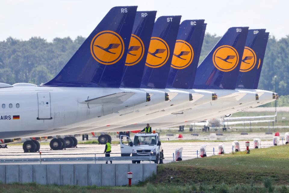 Lufthansa rykker ned i Frankfurt-børsens anden division den 22. juni. Foto viser parkerede fly i lufthavnen Schönefeld i Berlin.