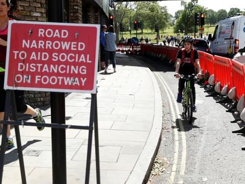 I London er fortovene flere steder udvidet, så fodgængere og cyklister bedre kan holde afstand til hinanden og derved begrænse smitterisikoen.