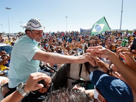 Brasiliens præsident, Jair Bolsonaro, hillste torsdag på sine tilhængere for første gang siden hans tre uger lange coronakarantæne. Her fjernede han blandt andet sin ansigtsmaske til store bifald.
