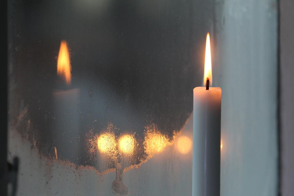 Den 4. maj markeres befrielsen af Danmark ved at sætte lys i vindueskarmen. (Foto: Anne Nygård/Unsplash)