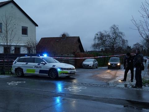 Betjente arbejder omkring Kornmarken i Bagsværd efter en skudepisode onsdag morgen. En person er blevet ramt af skud, oplyser Københavns Vestegns Politi.
