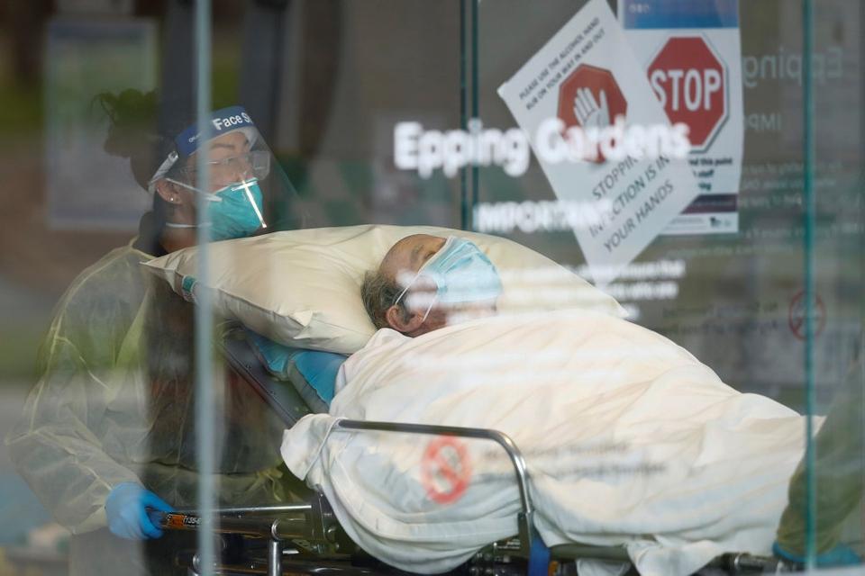 En beboer bliver kørt væk fra et plejehjem i byen Melbourne i delstaten Victoria. Delstaten er epicentret for Australiens anden bølge med coronavirus. (Arkivfoto)