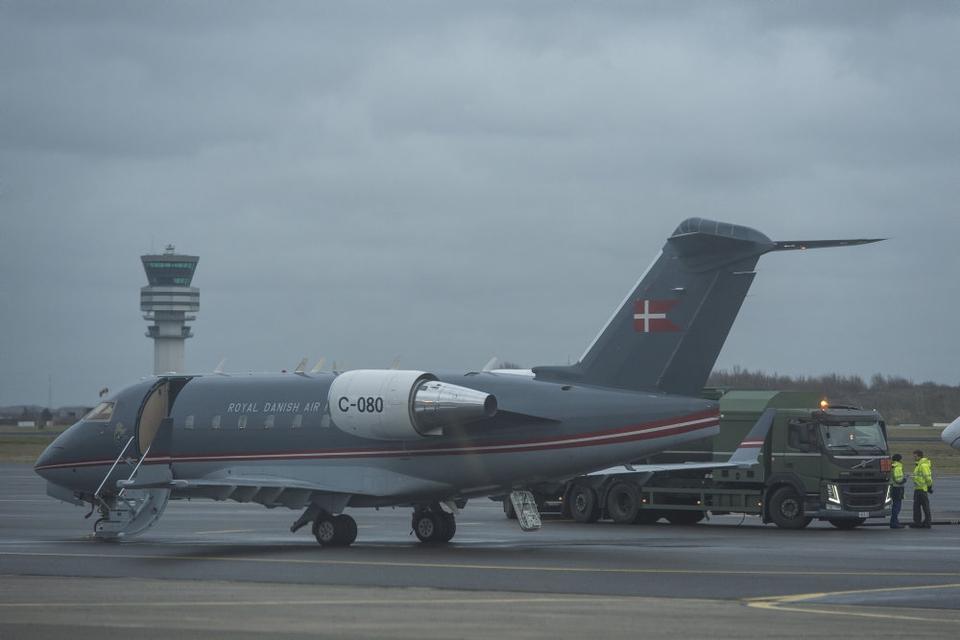 De syv personer er tredje hold af danskere, der er evakueret fra Kina. 31. januar og 2. februar vendte i alt 11 danskere hjem med fly til Roskilde Lufthavn, som ses på billedet. Alle er testet negativ for coronavirus. (Arkivfoto)