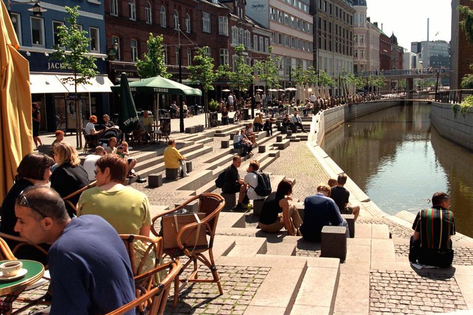 Den spanske trappe i Aarhus Midtby bliver udpeget som corona-hotspot af Østjyllands Politi. Det betyder, at politiet på meget kort tid kan indføre opholdsforbud på stedet. (Arkivfoto)
