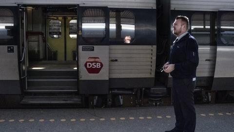 Fra mandag kan togene i Danmark igen blive fyldt, efter at nye retningslinjer åbner for, at DSB kan sælge billetter til alle pladser (Arkivfoto).