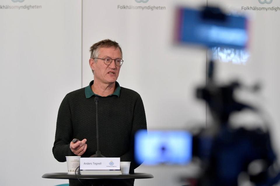Statsepidemiolog Anders Tegnell (billedet) får kritik af en tidligere svensk statsepidemiolog for strategien under coronakrisen.