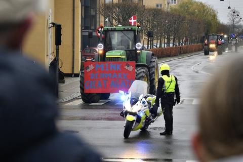 Landmænd kørte lørdag i traktor gennem København og Aarhus i en demonstration imod regeringens ageren i minksagen.
