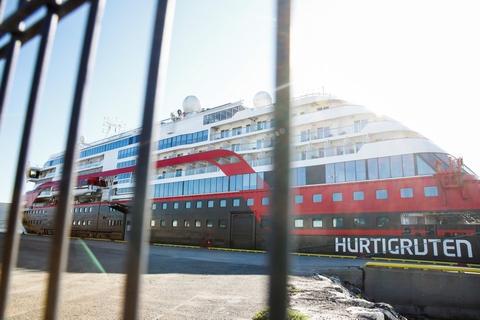 Selv om det norske smittetal fortsat er lavere end i andre europæiske lande, er regeringen bekymret over et stigende antal smittede, siger statsminister Erna Solberg. Senest er der konstateret et udbrud om bord på et af Hurtigrutens skibe, hvor i alt 62 ansatte er bekræftet smittet.