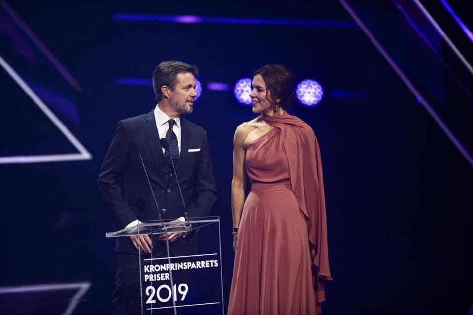 Kronprins Frederik og Kronprinsesse Marys Fond bevilliger støtte til tre projekter, der arbejder med konsekvenserne af udbruddet af coronavirus. Her ses kronprinsparet under uddelingen af kronprinsparrets kulturpris sidste år. (Arkivfoto).