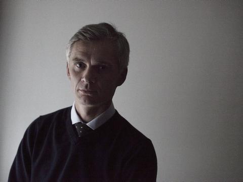 Den nu tidligere departementschef i Forsvarsministeriet, Thomas Ahrenkiel, vil få sin millionløn som normalt, mens han er fritaget for tjeneste under mistanke for urent trav i sin tid som FE-chef. Det oplyser Forsvarsministeriet i en mail til Ritzau.
