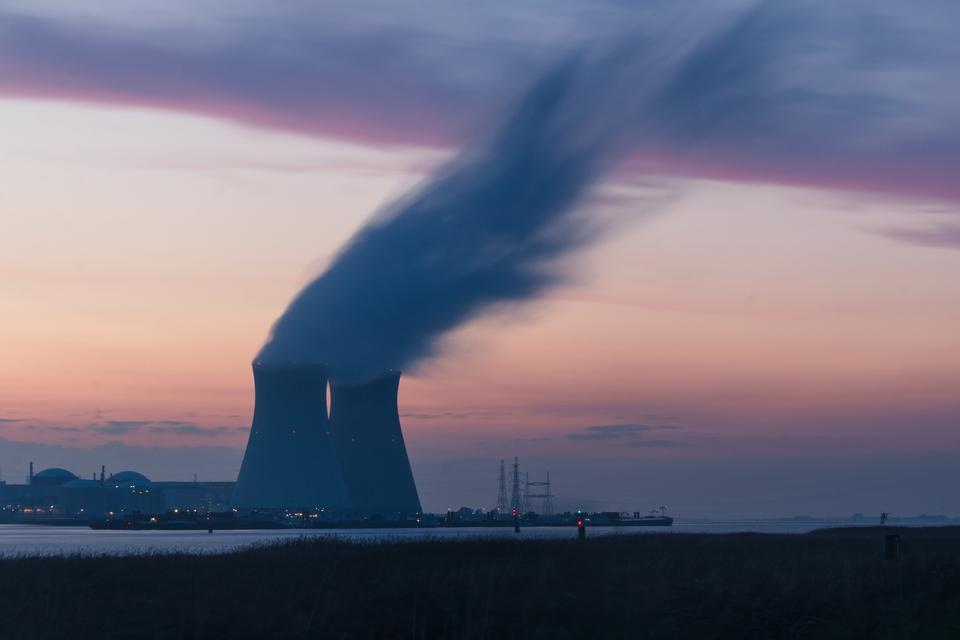 Atomkraftværk i Doel, Beveren i Belgien. (Foto: Frédéric Paulussen/Unsplash)