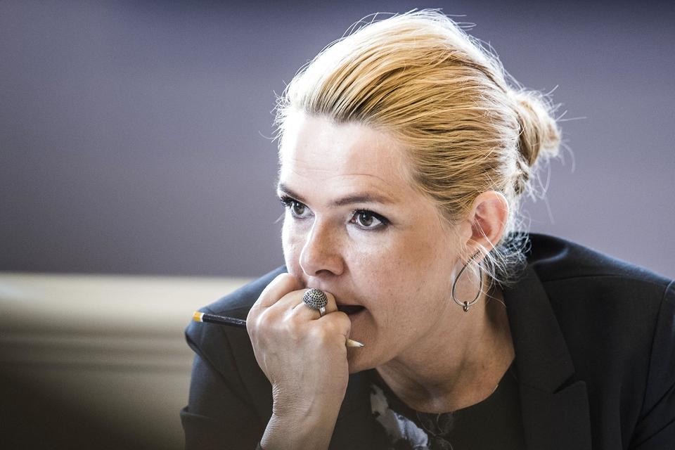 (ARKIV) Udlændinge- og integrationsminister Inger Støjberg (V) i åbent samråd om beslutningen undtagelsesfrit at adskille ægtepar på asylcentre, hvor den ene ægtefælle er under 18 år, i Folketingets Udlændinge- og Integrationsudvalg, fredag den 23. juni 2017. (Foto: Ida Marie Odgaard/Ritzau Scanpix)