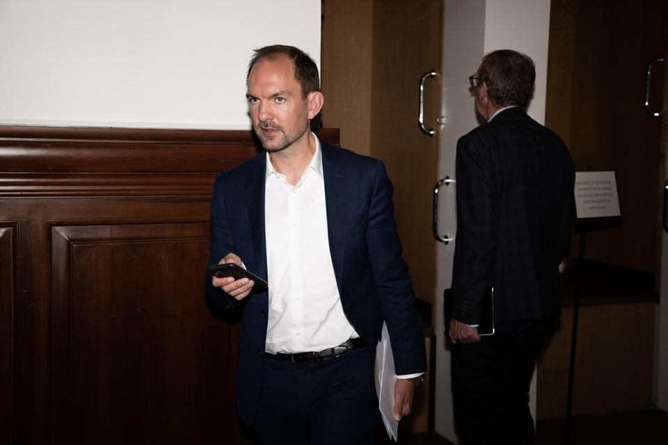 Retsordfører Jeppe Bruus vil nu drøfte to uvildige advokaters vurdering af en mulig rigsretssag mod Inger Støjberg (V) med sine partifæller, før partiet melder ud, om det vil støtte en sådan sag. (Arkivfoto)