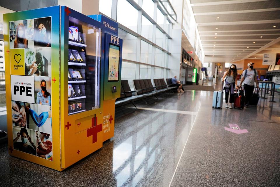 De rejsende, der kommer igennem Logan Airport i Boston, Massachusetts, kan i en automat købe masker og andet udstyr til at beskytte sig mod coronasmitte. Nu åbner USA's udenrigsministerium op for rejser til blandt andet Europa - hvis altså de pågældende lande vil have amerikanske turister ind. (Arkivfoto)