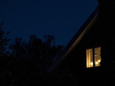 For at markere 75-året for Danmarks befrielse blev der mandag tændt lys i vinduerne landet rundt. Her er det i Gentofte.