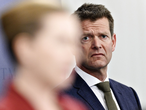 Direktør i Sundhedsstyrelsen Søren Brostrøm ser på statsminister Mette Frederiksen (S) under pressemøde i Spejlsalen i Statsministeriet om COVID-19 tirsdag den 12. maj 2020. (Foto: Philip Davali/Ritzau Scanpix)