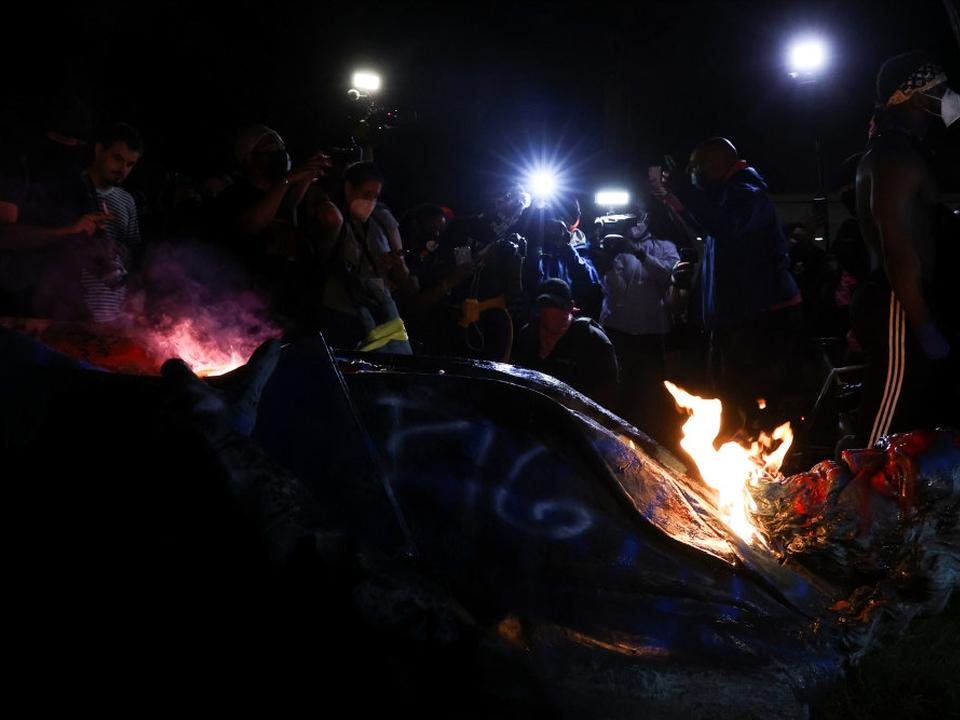 Statuen af Albert Pike blev revet ned med reb, hvorefter der blev sat ild til den. Flere monumenter, som viser fremtrædende sydstatsfigurer, er blevet revet ned af demonstranter i forbindelse med de forgangne ugers protester.