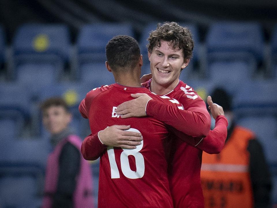 Jonas Wind jubler her sammen med Alexander Bah efter FCK-angriberens scoring mod Sverige i en testkamp i november. Senere i samme kamp scorede Bah også.