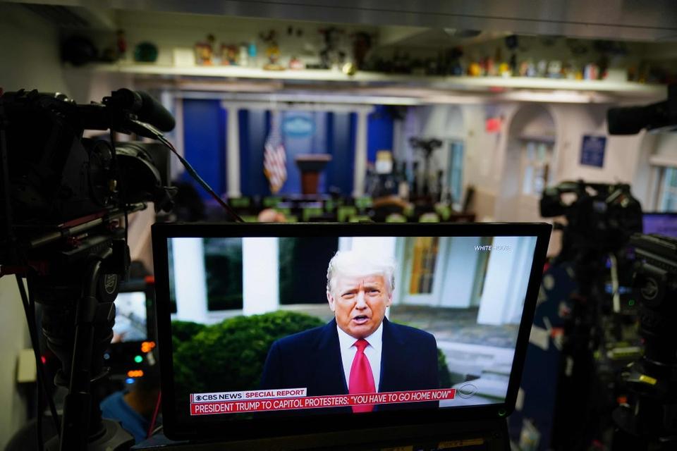 """Donald Trump delte under urolighederne i Washington en video på sociale medier, hvor han gentog, at """"valget er blevet stjålet fra os"""". Efter at Kongressen formelt har godkendt Bidens sejr, har Trumps talsmand udsendt en erklæring, hvor Trump lover en fredelig magtoverdragelse."""