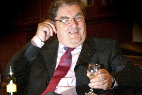 Den nordirske republikaner John Hume, som i 1998 modtog Nobels fredspris sammen med David Trimble, er død, 83 år. Det oplyser irsk tv ifølge Reuters. John Hume og David Trimble fik fredsprisen for deres indsats for at finde en fredsaftale i Nordirland.