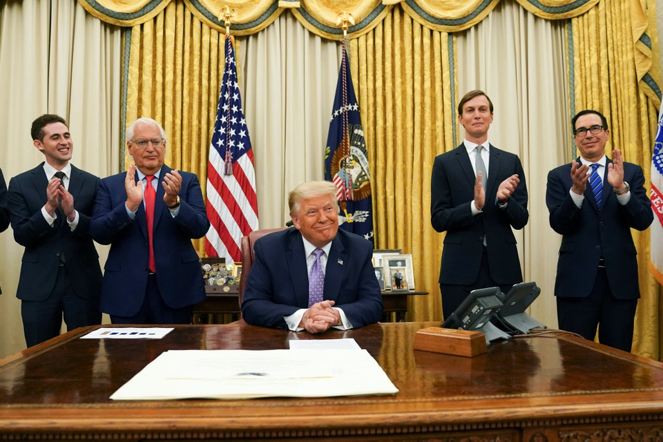 USA's præsident, Donald Trump, får bifald efter at have meddelt, at Israel og De Forenede Arabiske Emirater the United Arab Emirates har indgået en fredsaftale, der vil medføre en fuld normalisering af relationerne mellem de to lande. Trump bidrog til at få aftalen på plads, hedder det.