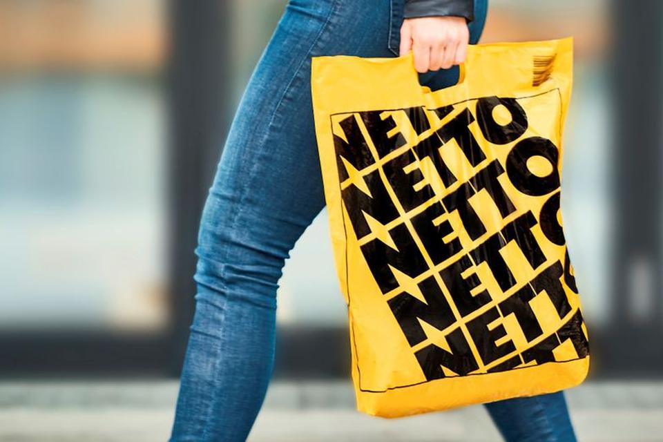Nu bliver bæreposer som disse på billedet snart forbudt. Et flertal i Folketinget bakker op om forslaget, der skal behandles af politikerne i dag. (Foto: PR-foto fra Netto)