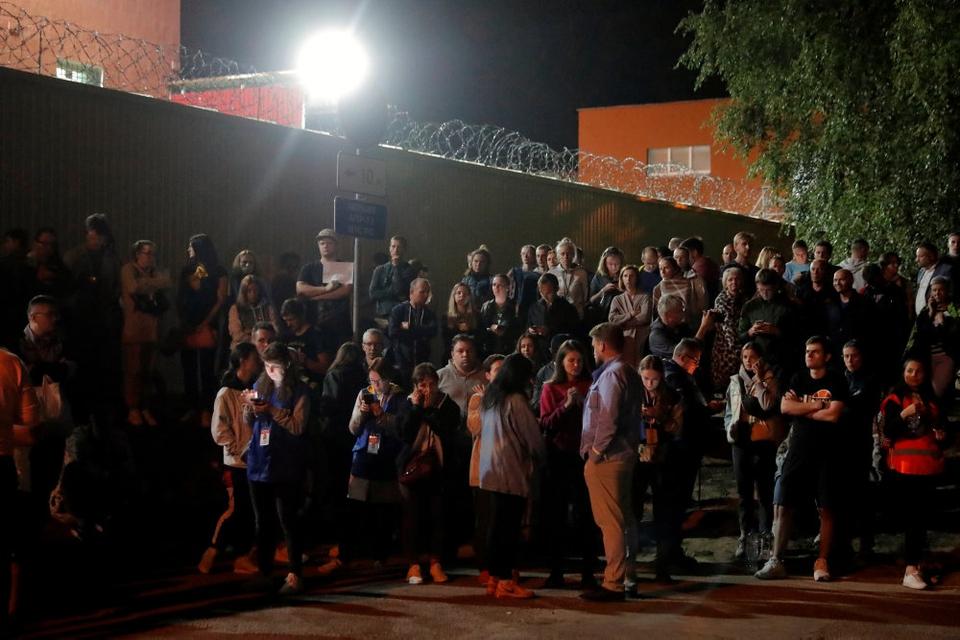 Over 1000 tilbageholdte personer i Hviderusland er torsdag blevet løsladt. Her ses folk vente på, at de tilbageholdte får lov til at forlade et arresthus i Minsk.