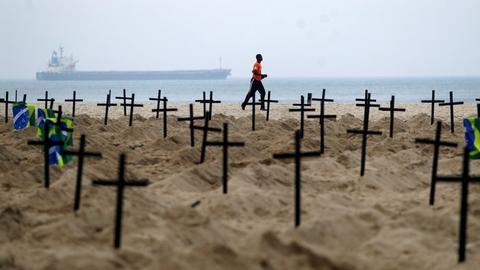 En gruppe aktivister fra Rio de Janeiro har opstillet 100 kors på stranden Copacabana som et symbol på de mange liv, som coronavirusset har taget. Fredag er der registreret yderligere 909 dødsfald i Brasilien.