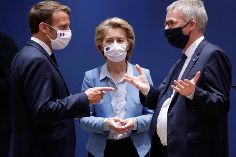 Jeppe Tranholm Mikkelsen (th) er blevet testet positiv for coronavirus torsdag. I sidste uge deltog han ved topmøde mellem EU's stats- og regeringschefer. (Arkivfoto)