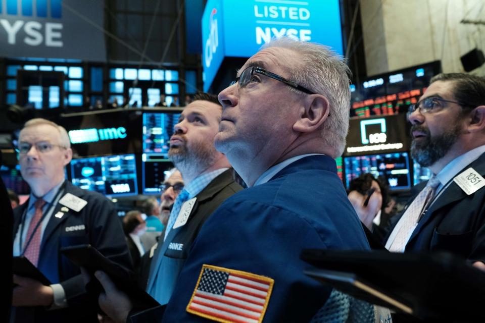 Børsmæglere i New York betragter aktiekursernes styrtdyk mandag.