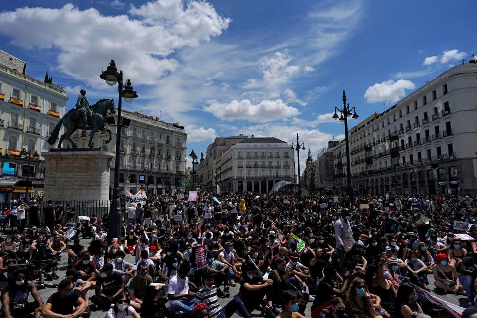I kølvandet af den sorte amerikaner George Floyds død under en anholdelse deltog tusindvis i Madrid i en demonstration mod racisme.