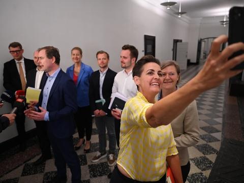 Et bredt flertal af Folketingets partier har natten til mandag indgået en aftale om den såkaldte sommerpakke.