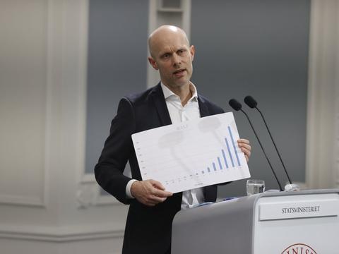 Virusvarianten B117 fylder nu mere i Danmark. Det viser Henrik Ullum, direktør hos Statens Serum Institut, her på en graf ved onsdagens pressemøde.