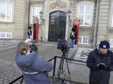 Statsminister Mette Frederiksen (S) skulle torsdag have mødt dronningen på Amalienborg for at præsentere Mogens Jensens afløser på posten som fødevareminister. Men på grund af et tilfælde af corona i statsministerens familie blev besøget aflyst med kort varsel.