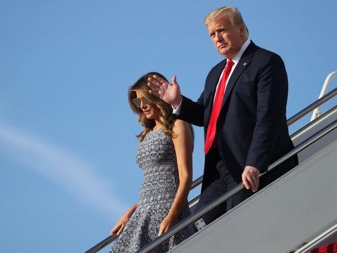 Donald Trump og hans hustru, Melania, ankommer til Washington D.C. efter en tur til Kennedy Space Center i Florida, hvor en SpaceX-affyring skulle finde sted onsdag. Affyringen blev dog udskudt på grund af dårligt vejr.