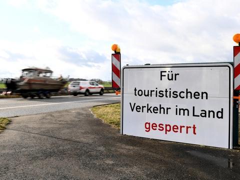 """""""Lukket for turisttrafik"""" hed det tidligere på et skilt på grænsen til den tyske delstat Mecklenburg-Vorpommern under coronakrisen. Nu kan man rejse i delsaten, men der gælder særlige restriktioner for rejsende fra Sverige."""