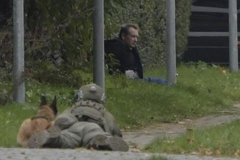 Peter Madsen er dømt for at have mishandlet og dræbt den svenske journalist Kim Wall i 2017. Han var tirsdag middag omringet af politi i Albertslund efter flugt fra fængslet.
