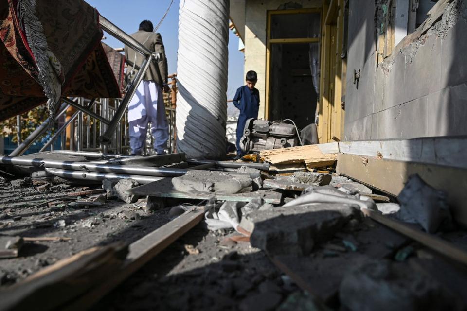 En række eksplosioner har lørdag dræbt flere personer i Afghanistans hovedstad, Kabul.