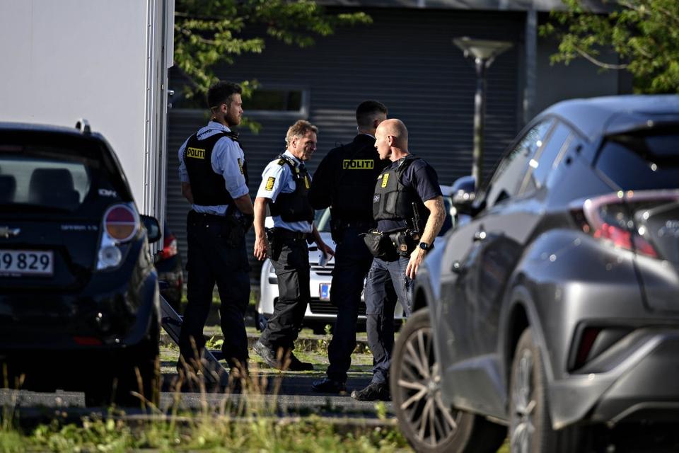 Politiet er massivt til stede i Vollsmose torsdag morgen. To 31-årige mænd er ramt af skud. Den ene er afgået ved døden, mens den anden er hårdt såret.