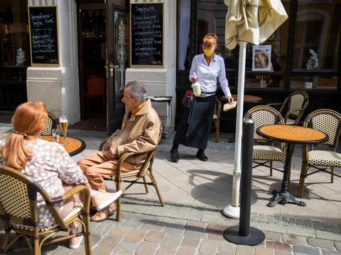 Ifølge føderale regler i Tyskland skal restaurantgæster holde sig 1,5 meter fra hinanden, ligesom at det meste personale skal bære maske over næse og mund, som det ses på billedet her. De regler undlod en gruppe tyske betjente dog angiveligt at følge på en restaurant i Mainz mandag aften. (Arkivfoto)