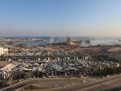 Mange personer savnes stadig, og redningsarbejdere har natten til onsdag haft travlt med at lede efter overlevende blandt murbrokker og ødelagte bygninger. Eksplosionen skete på et lager på havnen i Beirut.