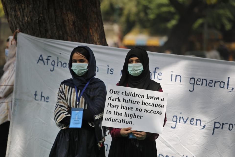 Afghanske flygtningekvinder i Indien markerer Den Internationale Kvindedag i New Delhi. I den amerikanske kongres, hvor mange medlemmer er skeptiske over for USA's planer om at trække landets sidste 2500 soldater ud af Afghanistan, er der frygt for kvinders fremtid under et muligt jihadistisk regime i Kabul.