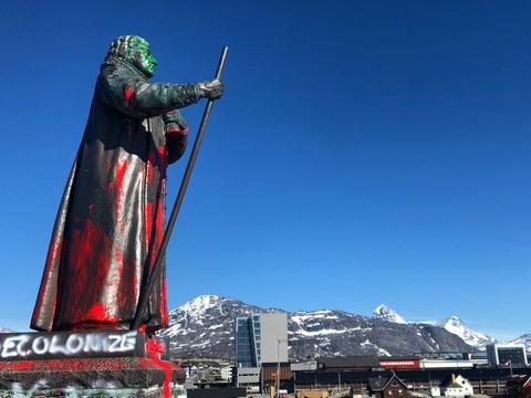 Statuen af Hans Egede i Nuuk er blevet overhældt med maling af ukendte gerningsmænd. (Arkivfoto)