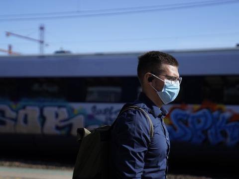 Sundhedsstyrelsen anbefaler nu brug af mundbind i den kollektive trafik, når der er trængsel. Det får onsdag DSB til at droppe kravet om pladsbillet - det vil sige, at der fremover igen må være flere mennesker i togene.