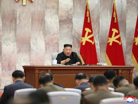 Kim Jong-un taler i forbindelse med et møde i det centrale militærudvalg under Koreas Arbejderparti.