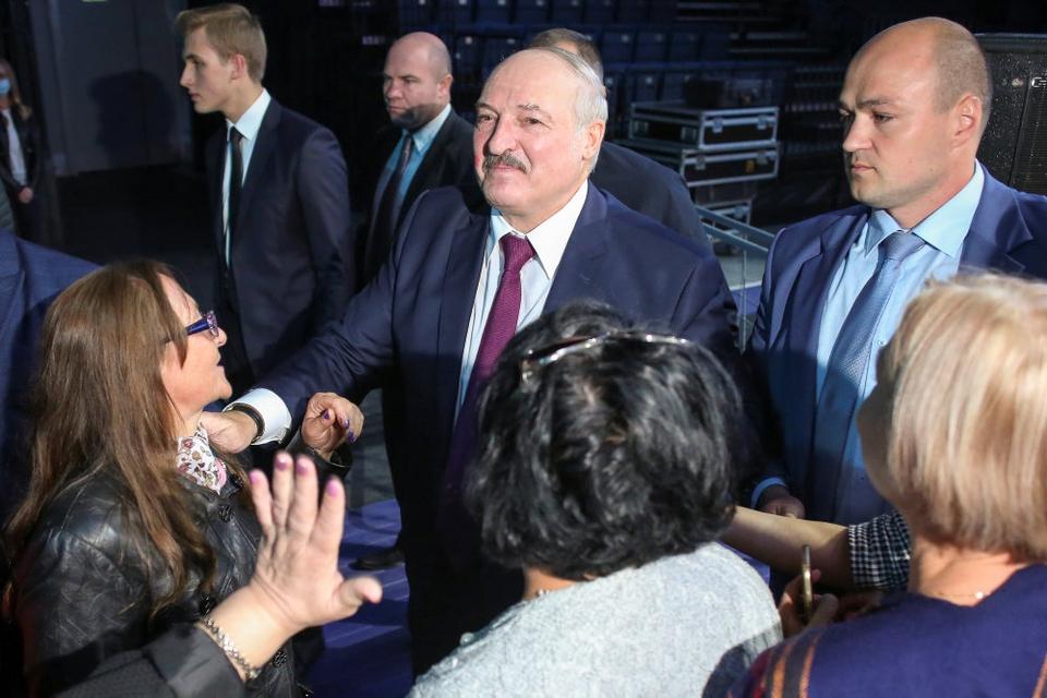 Hvideruslands præsident, Aleksandr Lukasjenko, blev hilst velkommen af tilhængere, da han torsdag talte ved et kvindeforum i hovedstaden Minsk.