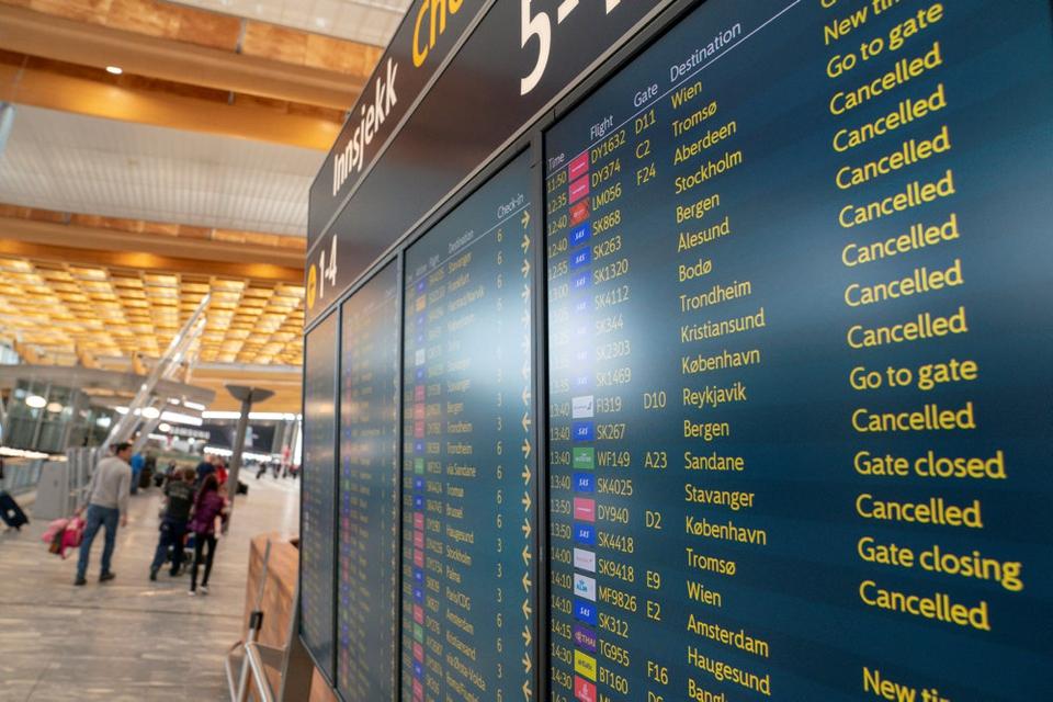 Gardermoen lufthavn ved Oslo i april, da coronapandien ramte flytrafikken hårdt. Siden har lufthavnen måtte spinke og spare for at holde sig oven vande.