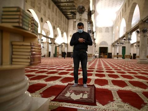 En troende iført mundbind var en af de første til at bede i moskeen al-Aqsa i Jerusalem, da den genåbnede søndag. Coronavirus lukkede moskeen, der er den tredje mest hellige for muslimer, for to en halv måned siden.
